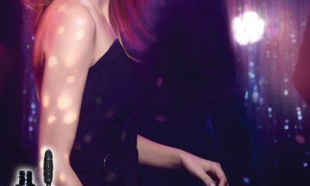 Makeuppen funkler i discokuglens stjerneskær